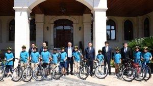 Vali kendisinden bisiklet isteyen öğrencileri kırmadı