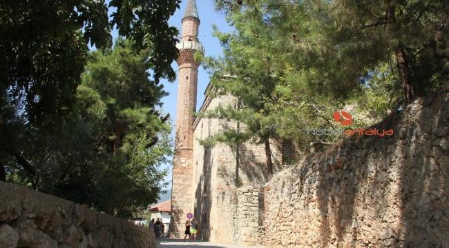 Alanya'da 788 yıllık tarihi camiye turistlerin yoğun ilgisi