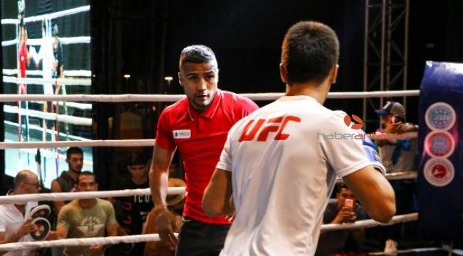 Dünya şampiyonu boksörden boks gösterisi
