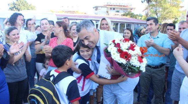 Göreve iade edilen okul müdürü çiçeklerle ve alkışlarla karşılandı