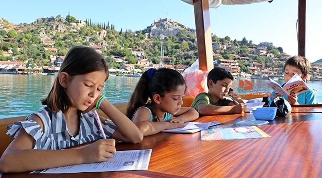 Tekneyle okula giden öğrencilerin huzur veren yolculuğu