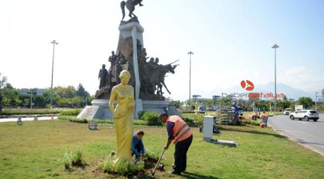 Altın renkli heykeller kenti süslüyor