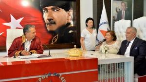 Başkan Uysal Muratpaşa'nın kadın muhtarı Ayşe Peçen'in nikahını kıydı