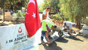 Büyükşehir'den şehit mezarına bakım ve yol çalışması