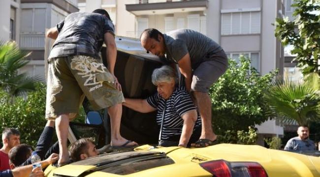 Devrilen taksiden böyle kurtarıldılar