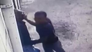 Engelliyi tekme tokat dövüp, parasını gasbetti