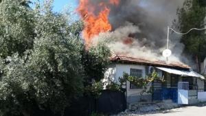 Gecekondu yandı, 4 kişilik aile sokakta kaldı