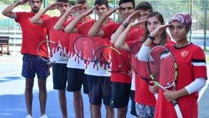 İşitme engelli tenisçilerden Mehmetçik'e selam
