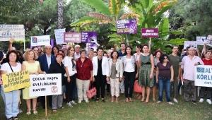 Kadınlar, şiddete karşı oturma eylemi yaptı