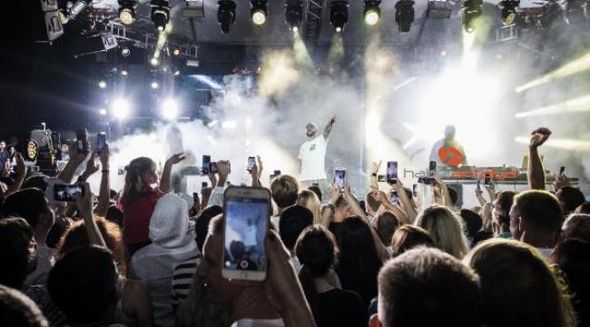 Kemer'de konser veren Timati'ye sahnede kızı eşlik etti