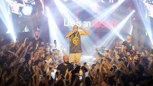 Rapçi Ben Fero'dan sahnede şınav ve asker selamı