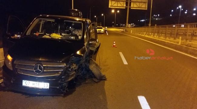 Turist taşıyan minibüs bariyerlere çarptı: 3 yaralı