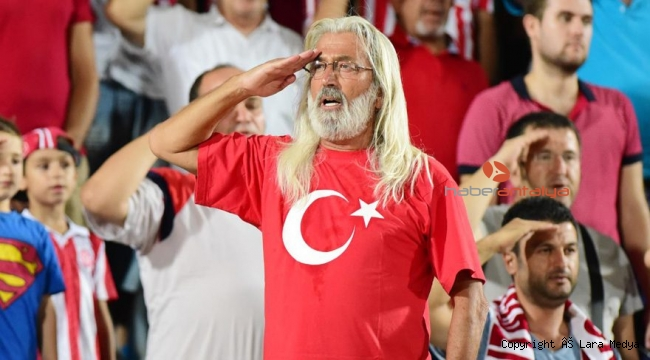 'Amigo Miloş' şarkı söyledi, belediye otobüsü tribüne döndü