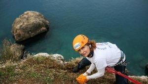 Antalya'da yaşayan Ruslar falezleri temizledi