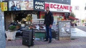 İran asıllı İngiliz turist, kaldırımda cansız manken gibi bekledi- Yeniden