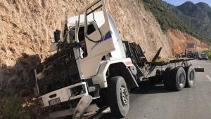Taş yüklü kamyon devrildi: 1 ölü
