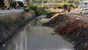 Antalya'da yağmursuyu kanalları temizleniyor