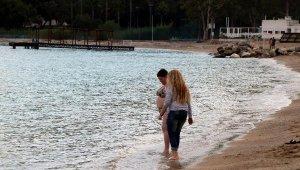 Antalya'da aralık ayında turistlerin deniz keyfi