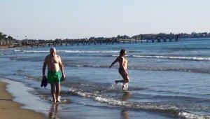 Antalya'da turistler aralık ayında denize girdi
