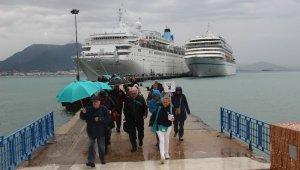 Bir günde iki lüks gemiyle 2 bin turist geldi