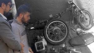 Çaldığı motosikleti parçalayıp, satarken yatarken yakalandı