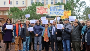 Öğretmenleri işi bırakan kolejin velileri, İl Milli Eğitim Müdürlüğü önünde toplandı