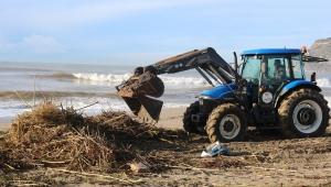ALTİD sahilleri çöpten temizliyor