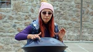 İran'da yasak olan müziği Antalya sokaklarında çalıyor