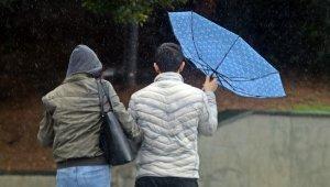 Şemsiyeler ters döndü
