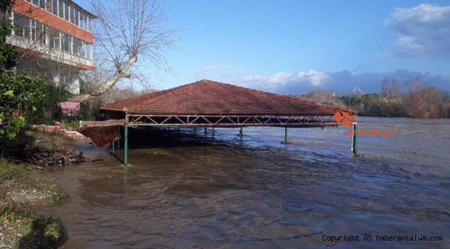 Irmak taştı zeytinlik ve portakal ağaçları sular altında kaldı