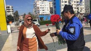 Antalya Polisi kadınlara çiçek dağıttı