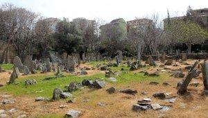 Sahipsiz taş mezarlar gizemi koruyor