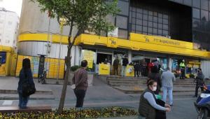 Antalya'da PTT önündeki  sosyal mesafeli yoğunluk