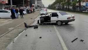 Forklifte çarpan otomobil hurdaya döndü: 2 yaralı