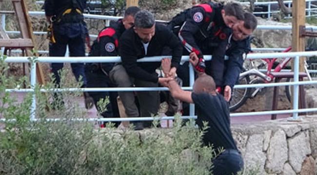 Polis, çiçek sözüyle genci intihardan vazgeçirdi