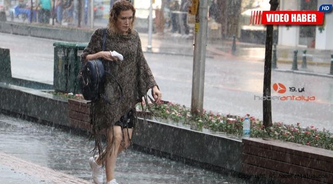 Antalya'da sağanak yağmur vatandaşları hazırlıksız yakaladı !