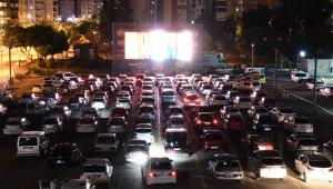 Arabada sinema keyfi başladı