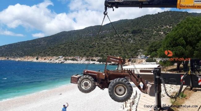 Plaj hazırlığı için iş makineleri vinçlerle indirildi !