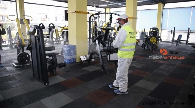 Döşemealtı'nda yeniden açılan iş yerleri dezenfekte edildi
