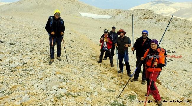 Hâlâ kar var. 3070 metrelik zirveye çıktılar