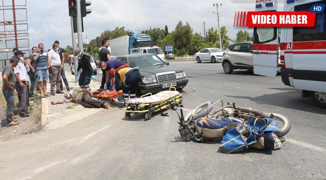 Otomobil motosiklete çarptı. Kaldırımda kurtarılmayı bekledi !
