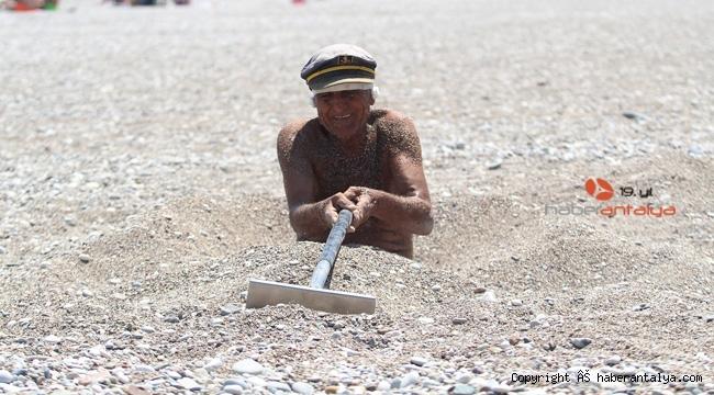 40 dereceyi bulan sıcaklıkta sahilde kendini kuma gömüp şifa aradı