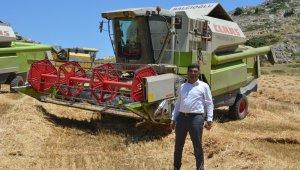 Başkan, belediyeye ait tarlaya ektiği buğdayla bütçeye katkı saladı