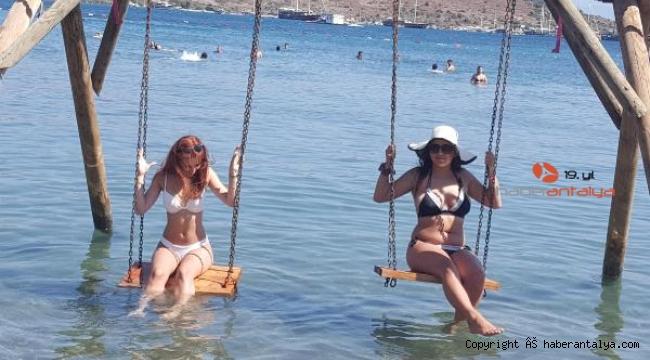 Bodrum'da yerli tatilciler sosyal mesafeli denizin keyfini çıkardılar