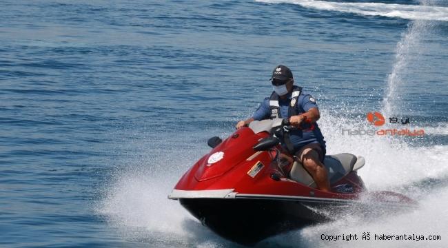 Deniz polisi sahillerde maske ve sosyal mesafeyi denetledi
