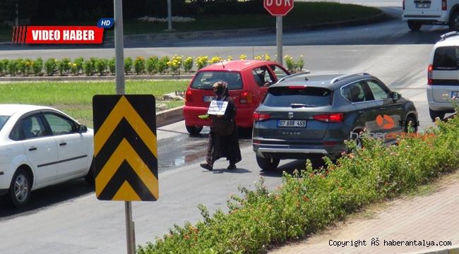 Dilenci kadın hızını alamadı, gazeteciye saldırdı !