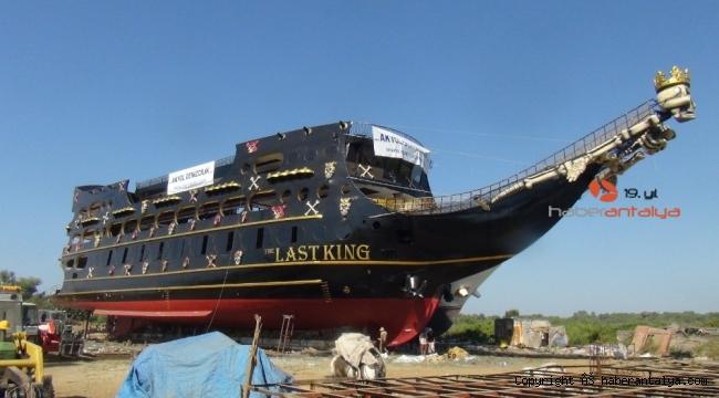 Dünyanın en büyük korsan teknesi Manavgat'ta yapılarak suya indirildi