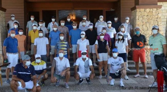 Golfçülerden 'maskeni tak, mesafeni koru' mesajı