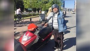 Hem ehliyeti hem tek kolu yok, ama motosiklet kullanıyor !