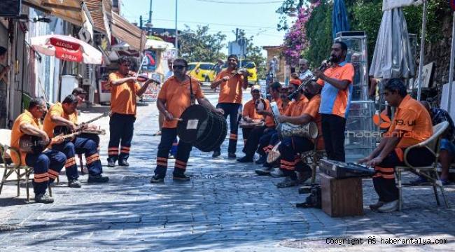 Hem sokaklarımızı, hem kulaklarımızın pasını temizliyorlar